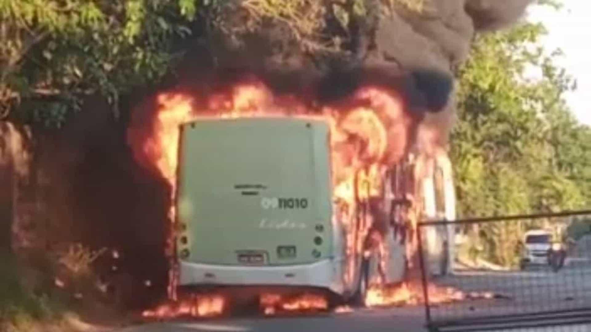 Viaturas e ônibus são incendiados após morte de traficante em Manaus
