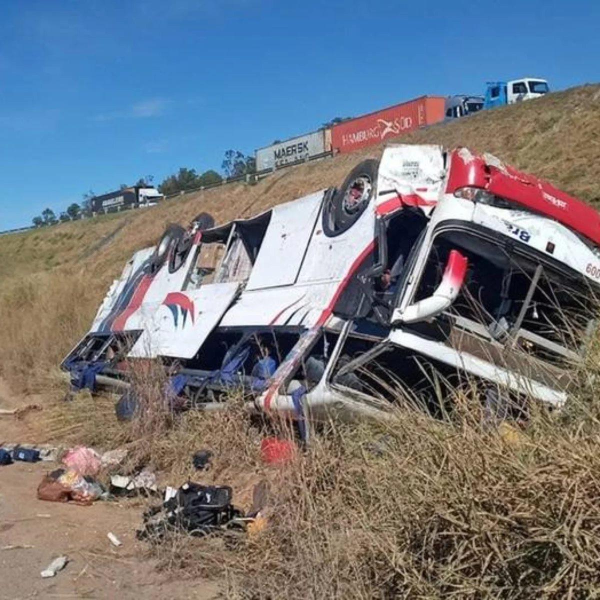 Três pessoas morrem após ônibus cair de ribanceira