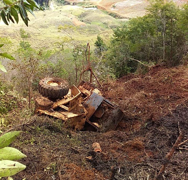 Barranco cede com trator e operador de máquina cai de 150 metros