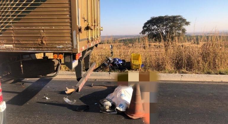 Motociclista morre depois de bater na traseira de uma carreta
