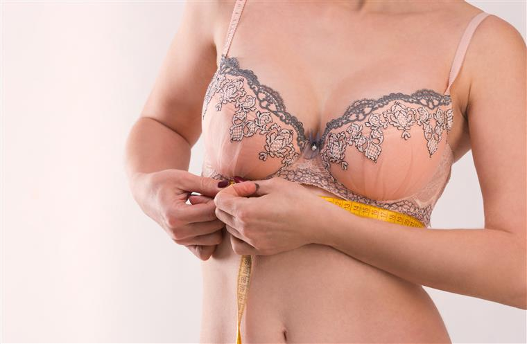 Mulheres relatam aumento do tamanho dos seios após receberem vacina da Pfizer