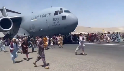 Multidão invade o aeroporto de Cabul; tumulto deixa mortos