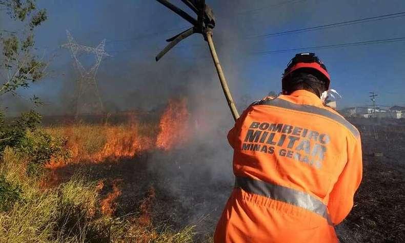 Incêndios florestais seguem desafiando os bombeiros em Minas
