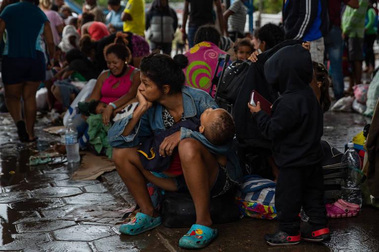 Número de refugiados venezuelanos desabrigados explode na fronteira brasileira