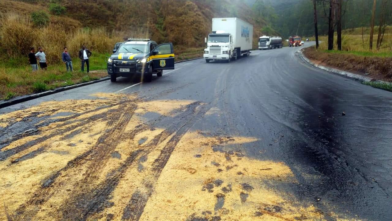 Carreta tomba e óleo fecha a pista na BR-262 de Reduto a Martins Soares